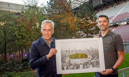 Klaus Littmann mit Besucher Nummer 100.000, Michael Slamanig