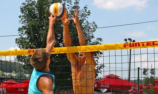 Zwei Männer liefern sich ein Duell am Volleyballnetz