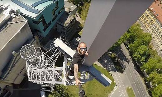 """Wolken-kratzen in Graz: """"Urban Monkeys"""" auf dem Lichtschwert vor der Grazer Oper"""
