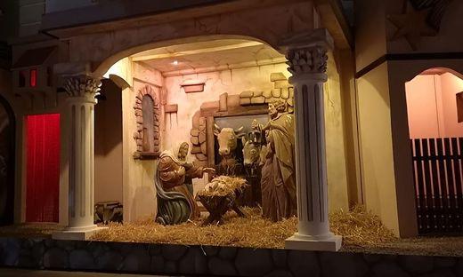 Die Krippe steht seit Samstag am Pfarrplatz von Heiligenkreuz