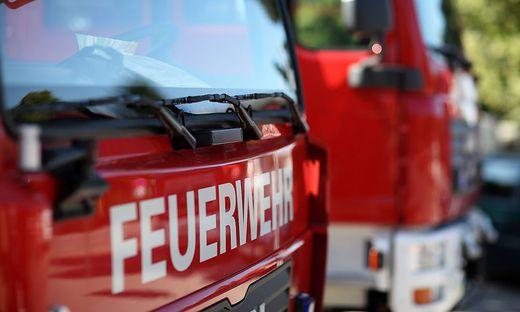 Mittels Seilwinde konnten die Feuerwehrmänner das Auto aus dem Bach ziehen