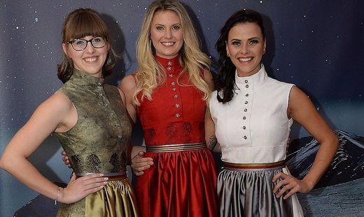 Die Models Anja Zwischenberger, Valentina Schlager, Bianca Krenn mit Kleidern in den Kärntner Farben