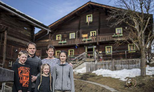 Familie Gorgasser bei einer Hofbesichtigung mit der Kleinen Zeitung im Februar 2019
