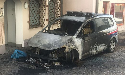 Der Einsatzwagen war direkt vor der Polizeidirektion abgestellt und brannte komplett aus