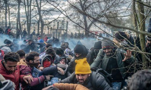 Die griechische Grenzpolizei setzte Tränengas und Blendgranaten gegen die Flüchtlinge ein