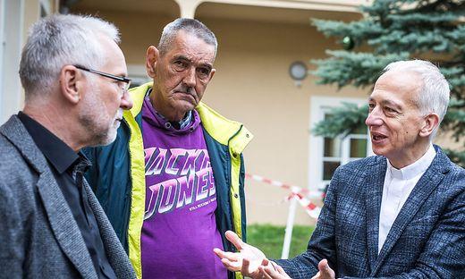 Präsident Landau (rechts) im Gespräch mit Herrn Leo und Kärntens Caritas-Chef Marketz im Eggerheim für Obdachlose  in Klagenfurt