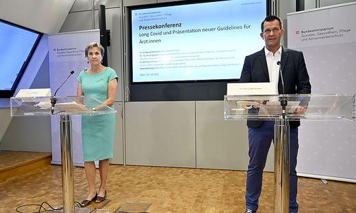 Gesundheitsminister Wolfgang Mückstein hat am Freitag neue Leitlinien für Ärzte vorgestellt, wie Long Covid zu behandeln ist.