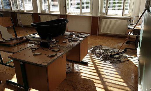 In der Schule fielen aufgrund des Wasserschadens sogar Deckenteile herab