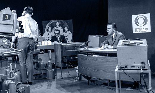 """Hugo Portisch, damals 32 Jahre jung, im """"Mond-Studio""""."""
