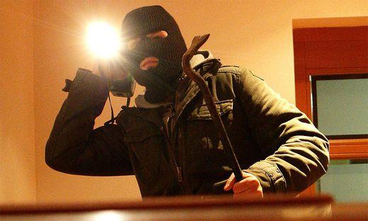 In den vergangenen Jahren wurden mehrmals Kärntner in den eigenen vier Wänden brutal überfallen (Symbolfoto), Ossiacher See, Home Invasion, Treffen