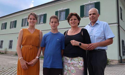 Rudolf und Bettina Deisinger mit ihren Kindern vor dem Krottenhof