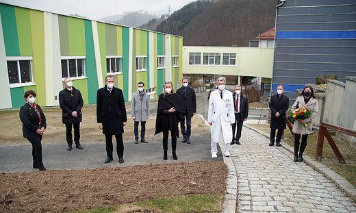 Das Team des NTK mit Landesrätin Bogner Strauß im Vordergrund, dahinter die Ehrengäste, links der neue Zubau