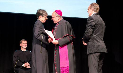 Bischof Wilhelm Krautwaschl und Ressortleiter Walter Prügger beglückwünschten Andrea Seel zu ihrer neuen Funktion