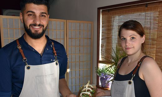 Abnoub Shenouda und Nicole Decleva präsentieren stolz ihre Essenskreation.