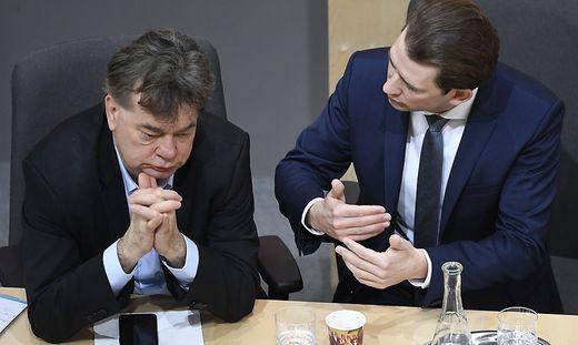 Vizekanzler Kogler und Bundeskanzler Kurz im Gespräch während der Sitzung des Bundesrats