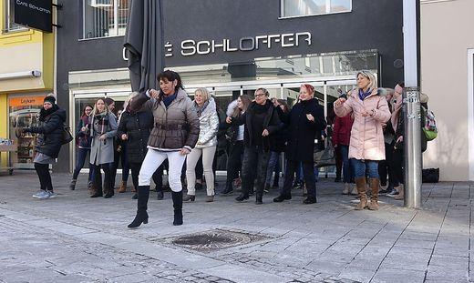 Melini Caballero tanzte in der Brucker Mittergasse vor