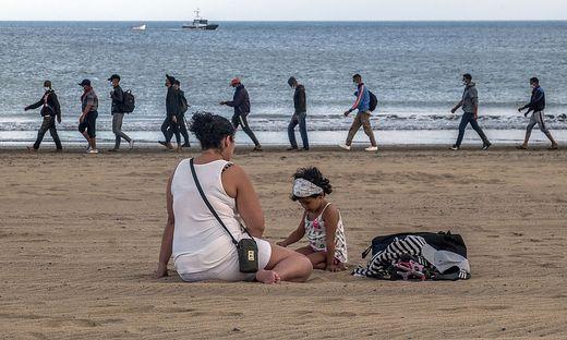 Allein in den letzten sieben Tagen setzten über 1.900 Migranten mit kleinen Holzbooten von der Küste Marokkos auf die nur knapp 100 Kilometer entfernten spanischen Urlaubsinseln über
