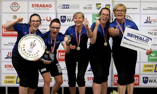 Julia Feichtgraber, Simone Steiner, Luise Storer, Nicole Feichtgraber und Elfriede Glatz jubeln über den Titel
