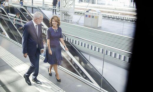 Bundeskanzlerin Brigitte Bierlein und Bundespräsident Alexander Van der Bellen am Weg nach Alpbach.