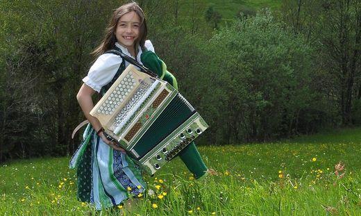 Christina Schneeberger aus Wald am Schoberpass mit ihrer Harmonika