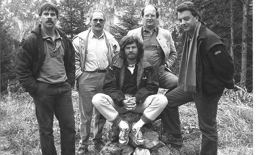 """1986: Kamermann Erich Lackner, die """"Land der Berge""""-Erfinder Bernd Seidel, Lutz Maurer und Manfred Gabrielli mit Bergsteiger Reinhold Messner (von links im Uhrzeigersinn)"""