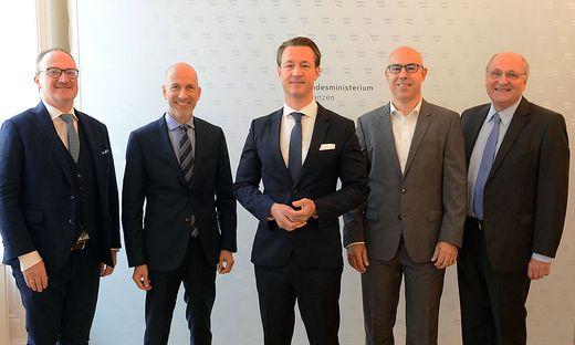 Finanzminister Gernot Blümel und Arbeitsminister Martin Kocher Kocher, ehemaliger IHS-Chef, trafen sich mit dem scheidenden Wifo-Chef Christoph Badelt (rechts im Bild) und den designierten Chefs von Wifo (Gabriel Felbermayr; 2. von rechts) und IHS (Lars Feld; ganz links im Bild)