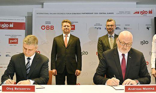 Die Bahnchefs unterzeichnen den Kooperationsvertrag