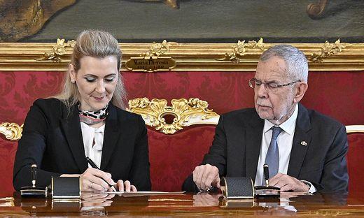 ANGELOBUNG DER TUeRKIS-GRUeNEN MINISTER NACH DEM NEUEN BUNDESMINISTERIENGESETZ: VAN DER BELLEN / ASCHBACHER