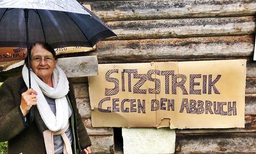 Selbst vom strömenden Regen lässt sich Erna Prugger nicht von ihrem Sitzstreik abbringen