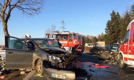 Beide Fahrzeuglenker wurden bei dem Zusammenstoß schwer verletzt