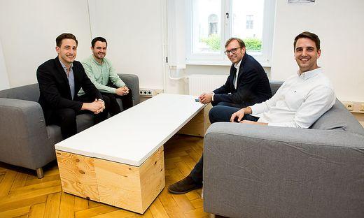 Wissenschaft und Wirtschaft. Bernhard Weber und Remo Taferner (rechts vorne) von der Gründungsgarage treffen auf die Start-up-Unternehmer Julian Kainz (Studo) und Manuel Zoderer (Timeular, links hinten)