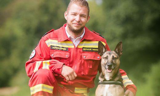 """Heinrich Seethaler ist seit vier Jahren mit seiner Hündin """"Jenny"""" bei der Rettungshundebrigade"""