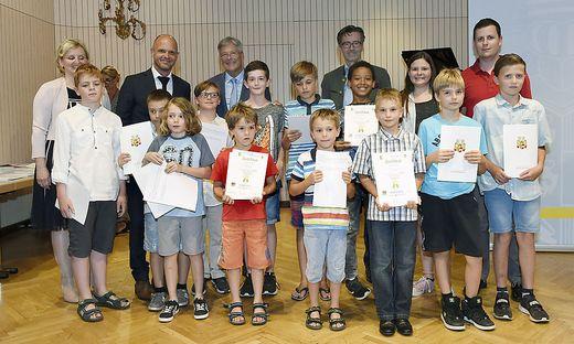 Kärntens Landeshauptmann Peter Kaiser überreichte den besonders fleißigen jungen Talenten Zertifikate