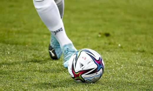 Der Kampf um den  Ball lässt bei einigen Fußballfans die Sicherungen durchbrennen