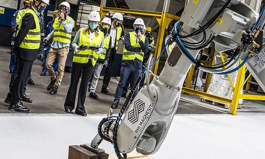 Ministerin Margarete Schramböck gab symbolisch mit Roboterinbetriebnahme Startsignal für das Projekt