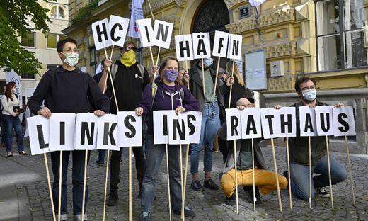 Anhänger der Links-Partei demonstrierten bei Straches Stimmenabgabe.