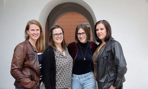 Mihaela Hartmann, Simona Mandl, Natalija Hartmann und Katarina Hartmann. Die Schwestern singen bei der Jubiläumsfeier ein Ständchen