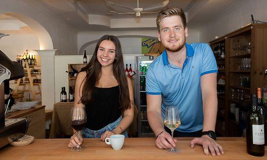 Lokalbetreiber Martin Cerkovnik und Denise Hofer bei der Weinverköstigung
