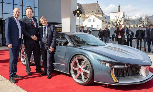 Daniel Baumgartner (Geschäftsführer von Hispano Suiza), Erwin Leo Himmel (Designer und Hispano-Eigentümer) und Designer Olivier Boulay vor dem 2,2 Millionen Euro teuren Auto