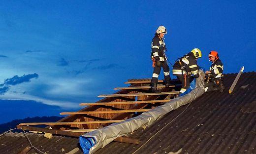 Feuerwehrleute auf einem Dach