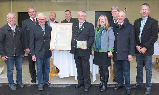 Die Verbandsvorstände bekamen von der Gemeinde St. Johann eine Urkunde und die neue Hausnummer überreicht