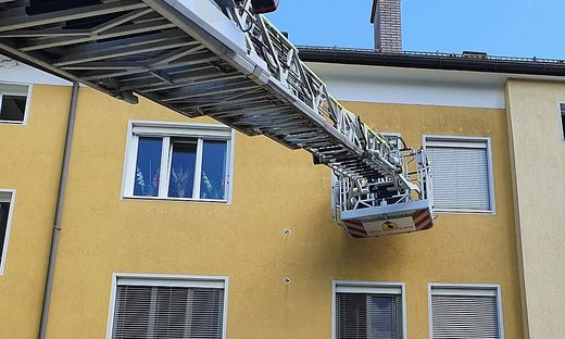 Die Feuerwehrleute gelangten über die Drehleiter in die Wohnung