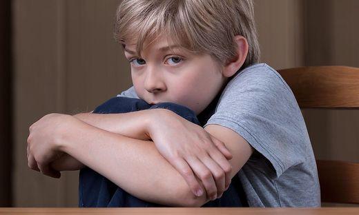 Kontrolle und Tadel: Kinder, die die Welt als feindlich erleben, bauen kaum innere Sicherheit auf