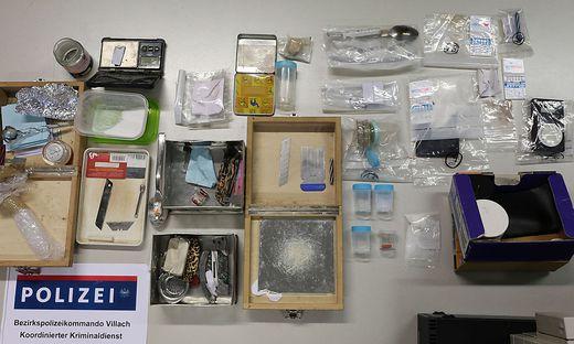 Bei Hausdurchsuchungen wurden Drogen und Zubehör gefunden