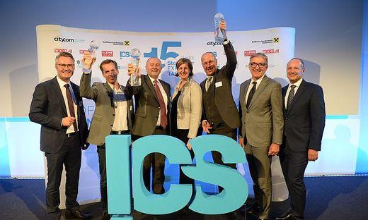 Raiffeisen-Vorstandsdirektor Rainer Stelzer, Barbara Eibinger-Miedl, der steirische Wirtschaftskammer-Präsident Josef Herk und ICS-Geschäftsführer Robert Brugger gratulieren den Siegern