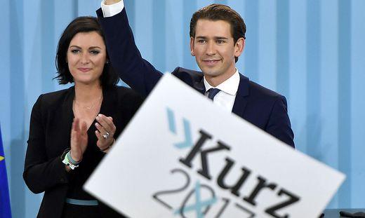 Die damalige ÖVP-Generalsekretärin Elisabeth Köstinger und Parteichef Sebastian Kurz bei der Wahlfeier 2017.