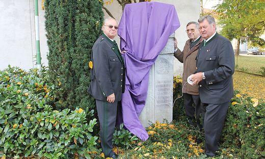 Eine ÖKB- Delegation mit Obmann Karl Buchgraber, Erich Nagler und Walter Bendl (v. re.) verhüllte den umstrittenen Gedenkstein.