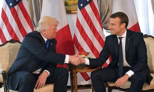 Ein Händedruck, der mehr als tausend Worte sagt: Donald Trump und Emmanuel Macron am Rande des Nato-Gipfels 2017 in Brüssel