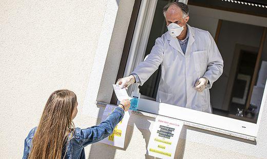 Unkonventionelle Lösung zum Schutz vor dem Virus: der Klagenfurter Arzt Alexander Perchtold