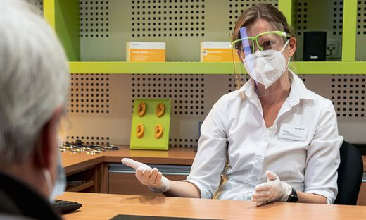 Hörakustiker im Einsatz: FFP2-Maske, Einweghandschuhe, Visier